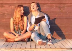 Couple mit Tablet an Hütte