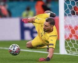 Gigi Donnarumma hält im Viertelfinale der EM den Elfmeter von Morata.